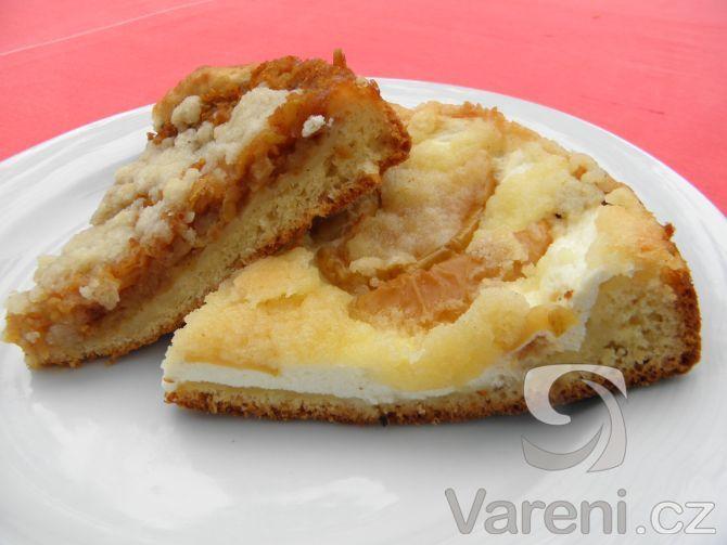 Recept Kynutý koláč s tvarohem, jablky a drobenkou - Kynutý koláč s ovocem připravený v remosce.