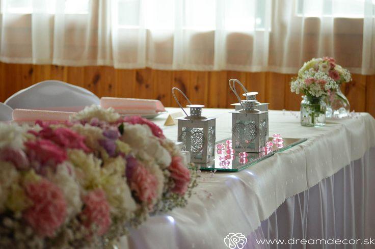Lampášiky na hlavnom stole.