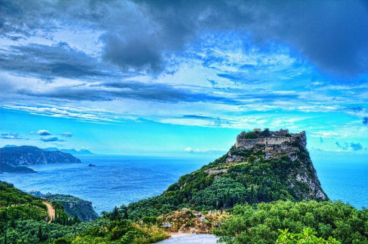 Angelokastro je vizantijsko utvrđenje koje se nalazi na najvišoj tački na severozapadu ostrva iznad zaliva i mesta Palekastrica. U istorijskim izvorima utvrđenje se prvi put pominje 1272. godine. Zidine utvrđenja ostale su sačuvane samo na severoistočnoj strani. Utvrđenje je imalo tri cisterne koje su snabdevale stanovništvo vodom. #travelboutique #Corfu #Krf #putovanje #letovanje #odmor