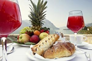 Una colazione con vista al Ristorante Pinocchio presso Hotel Lovere Resort & Spa