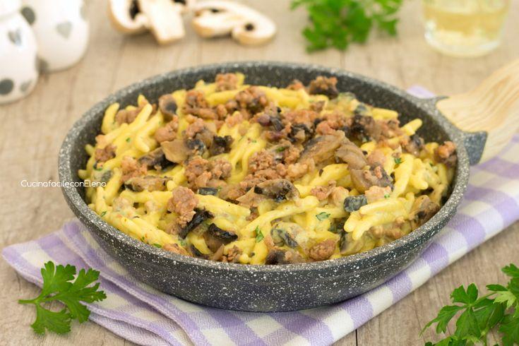 Trofie+con+crema+allo+zafferano+funghi+e+salsiccia