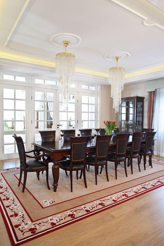 Wystrój jadalni nawiązuje do staropolskiej tradycji. Godne miejsce dla siebie znalazł tu ogromny, drewniany stół o długości 3,5 m o klasycznych kształtach zestawiony z tapicerowanymi krzesłami. Fot. Monika Filipiuk-Obałek
