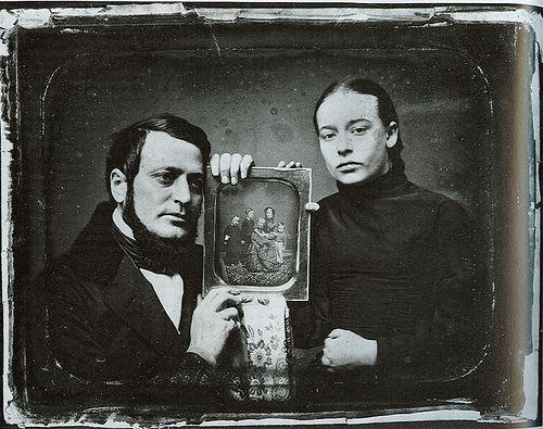 O francês Joseph Nicéphore Niépce é o autor da imagem fotográfica mais antiga que conhecemos, feita em 1826/1827 sobre uma placa de estanho sensibilizada com sais de prata.