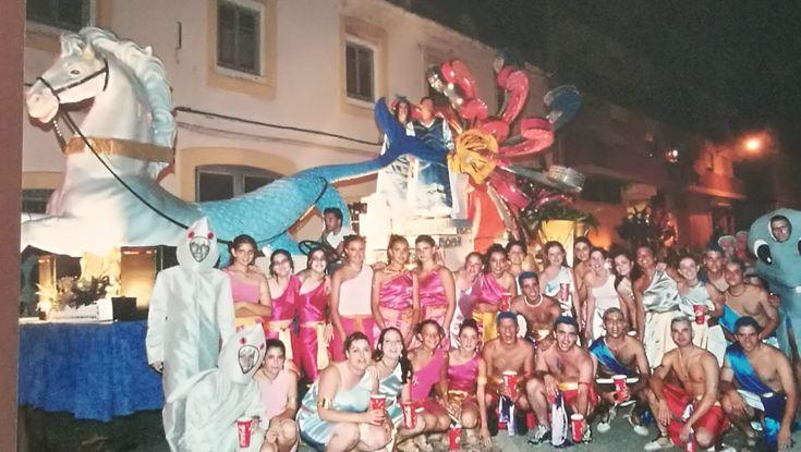 Saps que van haver unes Festes Majors on la desfilada de carrosses va ser per la nit? 😱 Vos donem una pista de quin estiu va ser amb aquesta super foto 🤩   ➕ fallaoeste.com/carrosses?lightbox=image209n 👉 #NoTenimPorANingú #CarrossesDeDénia #Falles
