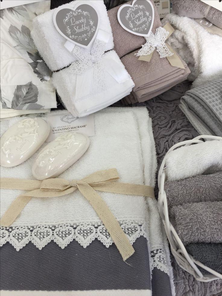 Set bagno bianco e grigio. Da Spugna Riccione.