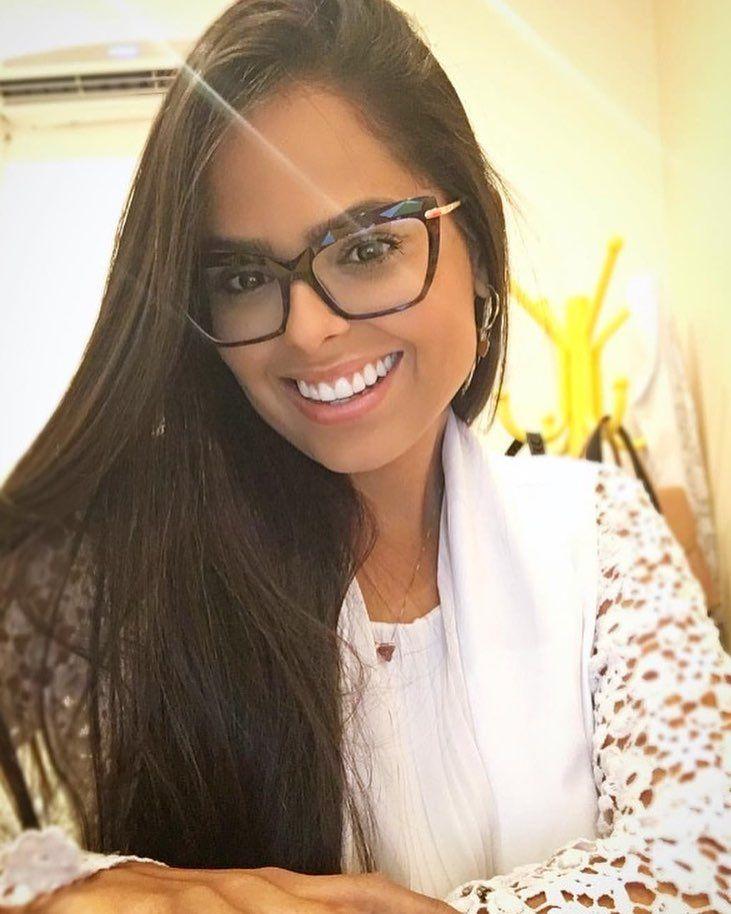 Linda Da Lacylima Exaltando Sua Beleza Com Sorrisao E Armacao