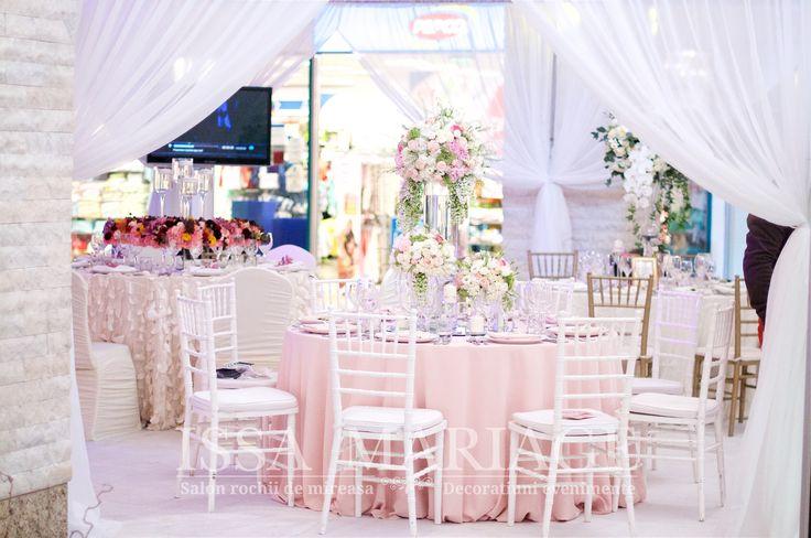 Decor nunta scaune chiavari albe fata de masa roz pal si aranjamente florale IssaEvents 2017