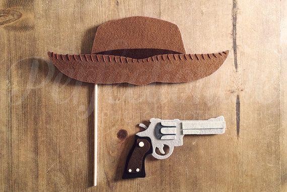 Notre ensemble de prop photomaton chapeau de Cowboy et le pistolet est taillés à la main et assemblés à la main de plusieurs couches de feutre rigide, feutre mou, fil à broder et fils. Contrairement à cartonné ou odnoslojnye « senti » accessoires, ceux-ci ne plient facilement, flop ou déchirure et sont durablement fait usage parti !  Photo de chapeau de Cowboy ♥ prop mesures environ 12,5 pouces de largeur au plus large section, 5,5 pouces de hauteur et est livré avec une tige de cheville en…