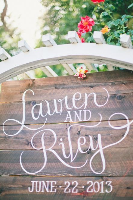 Love the script in this rustic wedding sign! /// Photo by onelove photography via Project Wedding