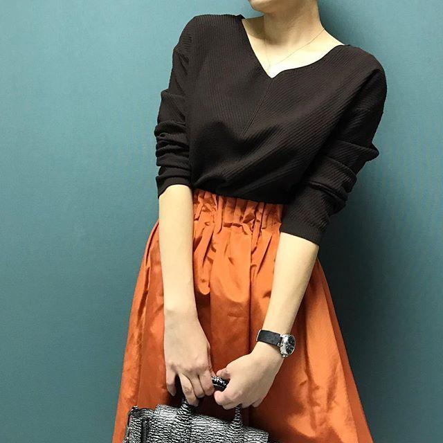 styling_05  B.ブラウンのVネックニット + オレンジのギャザースカート ・ リッチ感のある大人フェミニンスタイルに。 ・ #airCloset ( #エアークローゼット ) で #ファッション を楽しむ #エアクロライフ #幸せ は #新しい #服 が連れてくる。 #エアクロ #clothes #style #ootd #outfit #autumn #coordinate