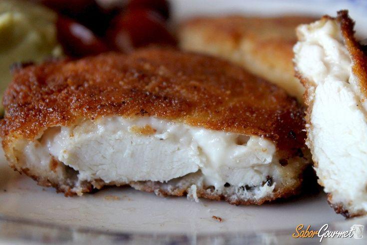 La pechuga de pollo a la villaroy consiste en una combinación de pollo, con salsa bechamel o con una capa de rebozado crujiente. Ésta es la receta básica pero puedes personalizarla con otro tipo de ingredientes o especias hasta conseguir un plato que sea únicamente tuyo. Pechuga de pollo a la villaroy Lapechuga de