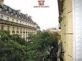 Paris 16ème / Trocadéro - appartement 138 m² - 3ème étage - 3 chambres. Dans un bel immeuble haussmannien totalement rénové (ravalement rue et cour, parties communes, ascenseur...) idéalement situé à 100 m du Trocadéro, appartement seul à l'étage comprenant : entrée, double séjour avec moulures, cheminée et balcons bénéficiant d'une vue dégagée sur le Palais de Chaillot, cuisine semi-ouverte, 3 chambres, 2 salles de bains, salle de douche, 3 wc. Cave.