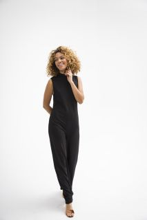 Give your wardrobe a little va va va voom with this black number from Just Female. Wide leg and mock turtle neck create an elongating a flattering silhouette. Pairs perfectly with our Samia Sandals for a night on the town.   -100% Ribbed Polyester -Model is 5'7 and wears a size small.  -Runs slightly big, please consider going down one size.  ​