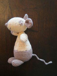 Amiguimis au crochet Olga la souris, patron tuto gratuit français et anglais.