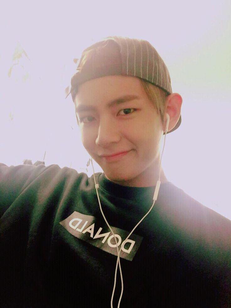 Taehyung Twitter update! He looks good here with the hat!
