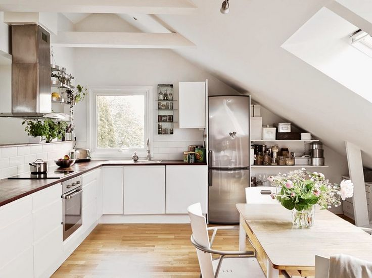 offene Regale unter der Dachschräge in der Küche