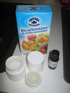 Deodorante fai da te: uno spruzzino o un contenitore roll-on Mettere l'acqua (quanto ne contiene), due cucchiaini di bicarbonato e mischiare bene. Lasciare riposare circa 30 minuti, mischiare di nuovo e aggiungere circa 10 gocce di olio essenziale della profumazione desiderata. Io l'ho faccio con l'olio essenziale di lavanda e 3 gocce di olio essenziale di Tea Tree come disinfettante. Riassemblare il contenitore e ora è pronto all'uso!