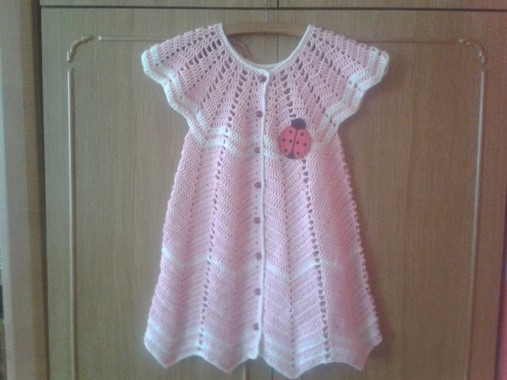 Piękna różowa sukieneczka z biedronką. wykonana na szydełku. Wykonanie tej sukieneczki nie jest rzeczą trudną, wystarczy wiedzieć jak zrobić słupki, trochę dobrych chęci i gotowe.