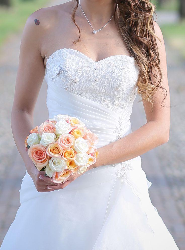 Il bouquet della sposa monofiore. Un trionfo di rose. Bianche, pesca e salmone. Adorabile nel colore must della prossima stagione