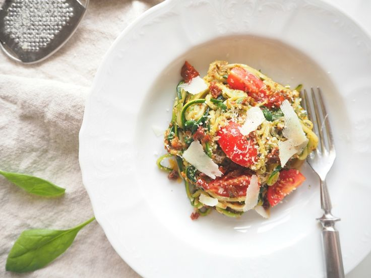 Cuketové špagety s rajčatovým pestem