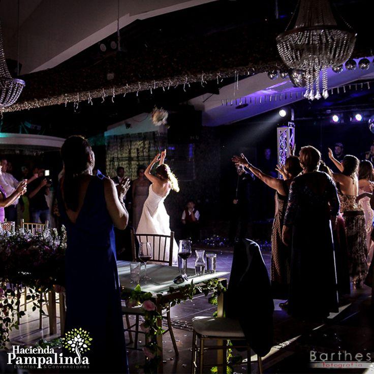 Asegúrate de que algo diferente suceda en tu boda cada 30 minutos. Puede significar que la comida podría cambiar, la música podría cambiar o el entretenimiento podría cambiar, y que tus invitados se sientan como si estuvieran moviéndose, es decir, pasando de la ceremonia a los cócteles a la cena y después a una fiesta después de sentarse en un lugar por demasiado tiempo. Fotografías cortesía de Barthes Fotografía.
