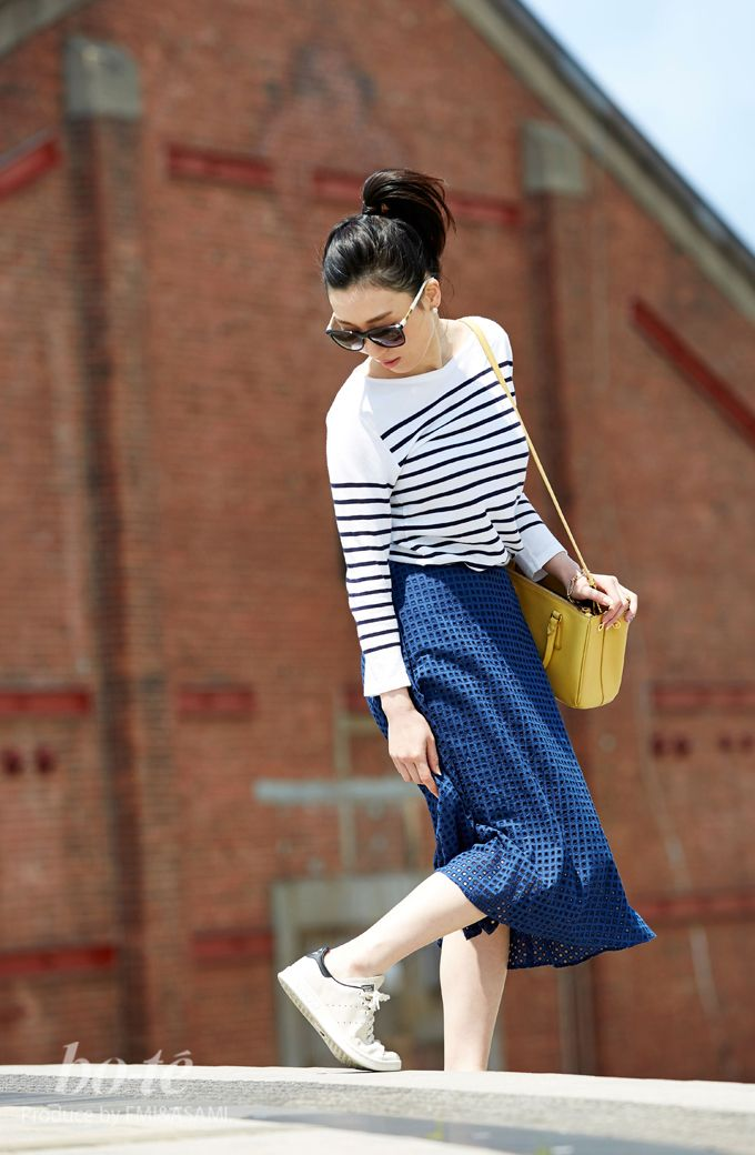 ミモレ丈スカートに白スニーカーを履いた大人可愛いアクティブコーデ8 #adidas #Sneaker