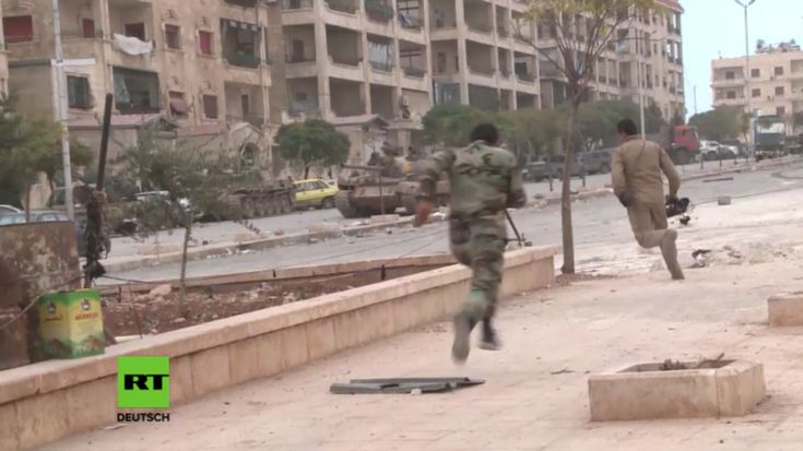 """Im Westen Aleppos laufen seit Tagen wieder schwere Kämpfe zwischen der Syrisch Arabischen Armee (SAA) und den Islamisten-Allianz """"Dschaisch al-Fatah"""". Die Allianz setzt sich aus verschiedenen extremistischen Gruppierungen zusammen, wie der ehemaligen al-Nusra Front, der Ahrar al-Scham und der sogenannten Freien Syrischen Armee. Sie startete letzte Woche eine Offensive gegen die syrischen Streitkräfte in Aleppo."""