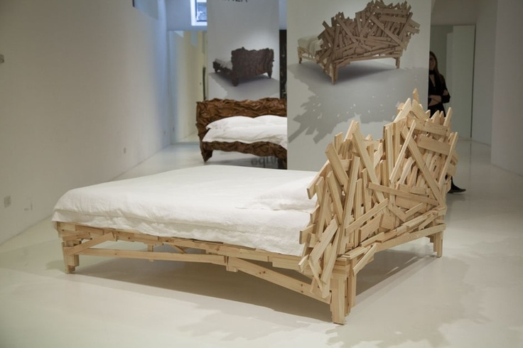 Criadores de um design-arte que vende, os irmãos Campana tiveram algumas de suas mais conhecidas cadeiras transformadas em camas pela Edra em 2013. Aqui, a Favela