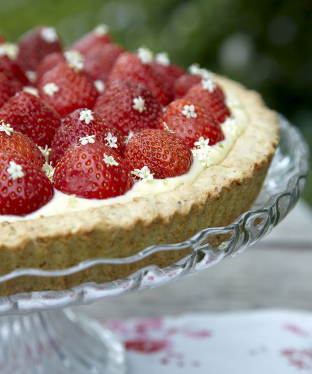 Den klassiske jordbærtærte med fløjlsblød konditorcreme med dejlig smag af vanilje går aldrig af mode! Servér den for dine sommergæster på terrassen.