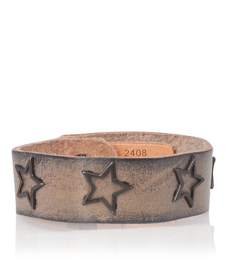Maak je look af met deze hippe leren bandjes van Cowboysbag. De bandjes hebben metalen studs in de vorm van sterren en kun je in 2 standen verstellen.