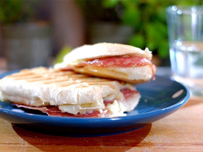 Italië meets Frankrijk, een panini met salami en brie
