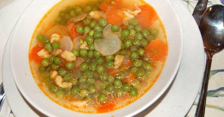 Mennyei Zöldborsó leves recept! A zöldborsó leves egy igazi tradicionális magyar étel, szinte mindenki szereti. Elkészítése gyors és könnyű, szezonon kívül mirelitből is készíthető. Próbáld ki te is ezt a borsóleves receptet!