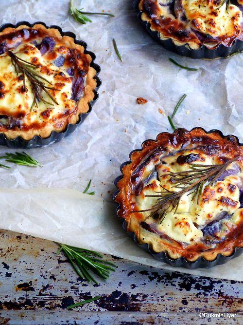 Kleine Tartes mit französischem Lavendel, roten Zwiebeln und Ziegenkäse. Gefunden auf Missminifer Cooks.