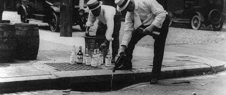 Durante el año 1900 había un edificio tendencia social en el ámbito público hacia la prohibición del alcohol que se manifestó en la forma de un movimiento de la templanza. Un agitador prominente en el movimiento de la templanza de las mujeres era una señora con el nombre de Carry Nation