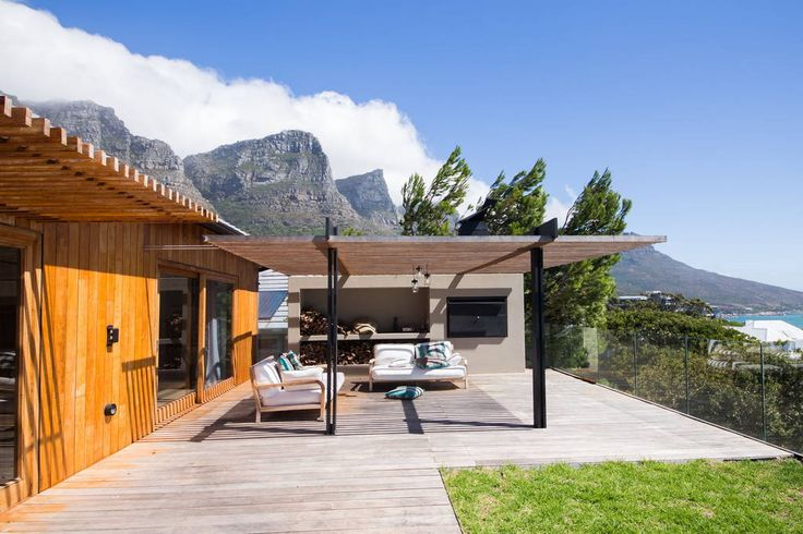 Appartement in Kaapstad, Zuid-Afrika. Fantastic apartment located in Camps Bay, Cape Town with expansive views of the atlantic ocean and Table Mountain.  Walking distance to Camps Bay and 10min drive from the city.  3 beautiful en-suite bedroooms and a comfortable open plan living are...