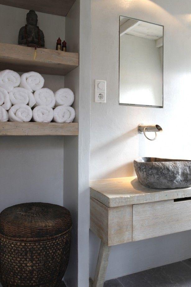 Landelijk toilet Om rust in je huis te creëren, kies je voor één stijl. Deze stijl zie je terug in de accessoires, de meubels en de kleuren op de muren. Het is daarom het mooist om deze stijl ook door te trekken naar het toilet. Want ook al is het maar een klein hokje, je brengt hier heel wat momentjes door. Je kunt deze momentjes ook zien als mogelijkheden om even tot jezelf te komen. Even een paar minuten rust. Een mooi ingericht toilet, kan bijdragen aan die rust.