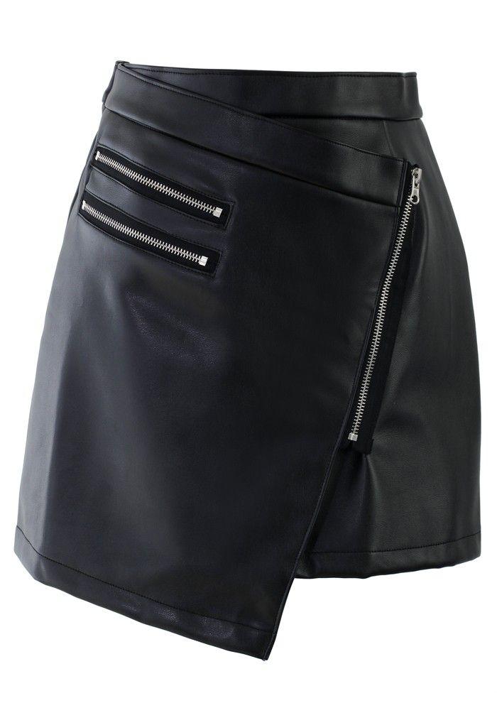 Jupe noire asymétrique en cuir.