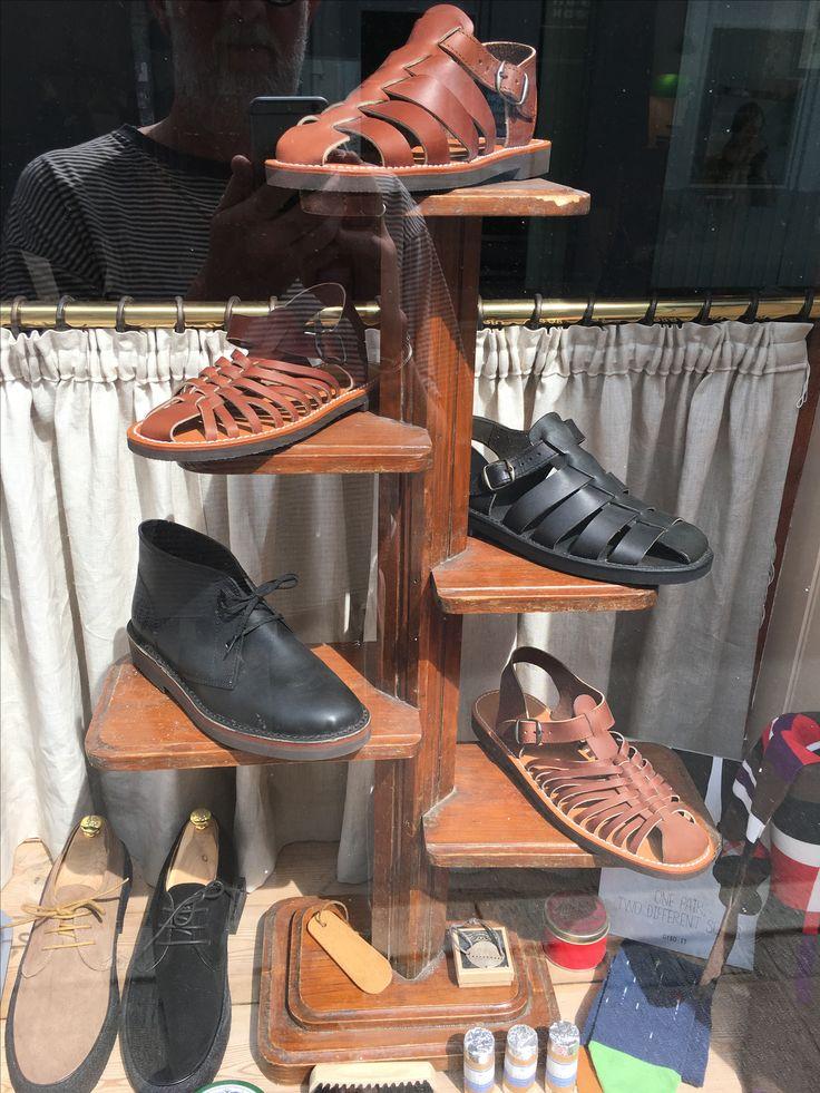 Vores super lækre læder sko, støvler og sandaler fra La Botte Gardiane i Frankrig. Fodtøj der er lavet til at holde. Læderet former sig efter DIN fod.  #labottegardiane #sko #herresko #herrestøvler #chelseaboots #sandaler #sandals