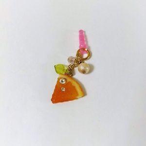 みずみずしい透け感のある果肉のオレンジをひときれ、イヤホンジャックピアスにしました。オレンジにはスワロフスキーがついていて、しずくのように光り輝きます。※色違いは他カートにてご用意しております。●カラー:ビーズ部分桃色●サイズ:モチーフ部分約4センチ●素材:樹脂粘土、ガラスビーズ、真鍮金具、プラスチック●注意事項:ニス塗りを施しておりますが汗など含め水分に触れた場合はすぐにお拭き取り下さい。充分に気をつけて製作していますがまれに指紋や細かい埃等の混入がある可能性がございますのでご理解いただけますようお願いいたします。耐久性は市販品に劣りますので引っ掛けたり強い力がかかるとパーツ外れや破損の原因となりますので、お取り扱いにはお気をつけください。ひとつずつ手作業で製作している為パーツはひとつひとつ風合いが違いますが手作りの味としてお楽しみいただけると幸いです。●作家名:ゆう#メルヘン #ゆめかわ #可愛い #ゆめかわいい #キラキラ #メルヘン #レジン #ファンシー #ガーリー #ロリータ #ドリーミー #乙女 #お姫様 #甘ロリ #原宿系 #魔女っこ #handmade…