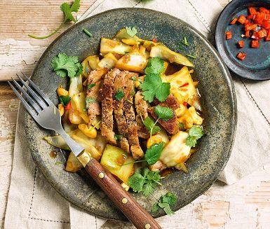 Vitkål är idealiskt att snabbsteka. Den behåller krispet, men blir sötare och mildare i smaken. Här får vitkålen asiatiska smaktoner med chili, ingefära och japansk soja. Den kryddpeppriga fläskkarrén går bra att byta mot till exempel tofu eller lax.