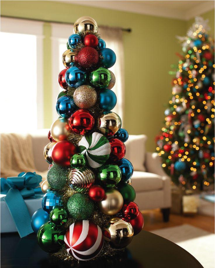 Pega diferentes estilos de esferas y haz un bonito pino con ellas.