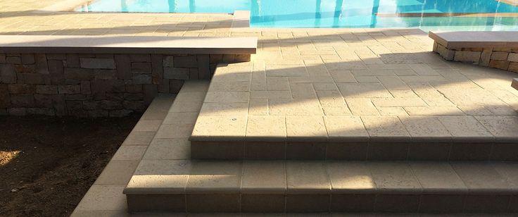 Scalini e bordi piscina - Primiceri Manufatti srl - Pavimenti, rivestimenti per interno ed esterno, cucine in murature in pietra naturale ricostruita