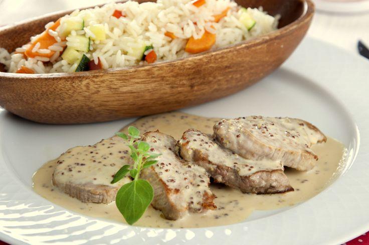 Medallones de solomillo de cerdo con salsa de mostaza y arroz tres delicias