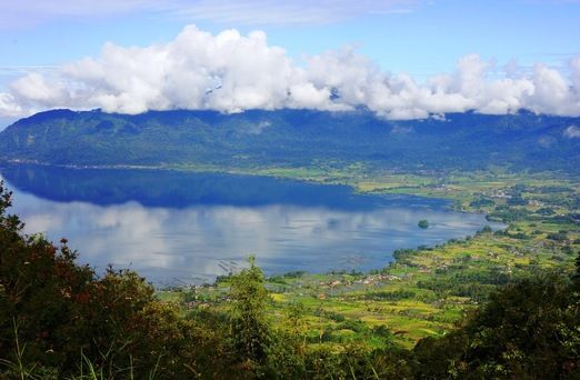 Puncak Lawang: Lawang Park offers an amazing 360-degree view, including the picturesque view of Lake Maninjau. (Photo by Raditya Margi)