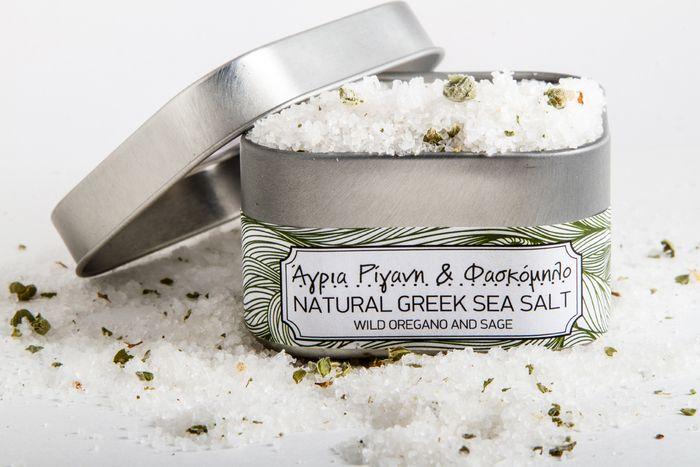 Μία ψυχολόγος δίνει πνοή στην αρχαία ελληνική τέχνη συγκομιδής αλατιού και παρασκευάζει επιτέλους ένα αλάτι που κάνει καλό. | ΜΙΑ ΣΤΑΣΗ ΕΔΩ | deBóp
