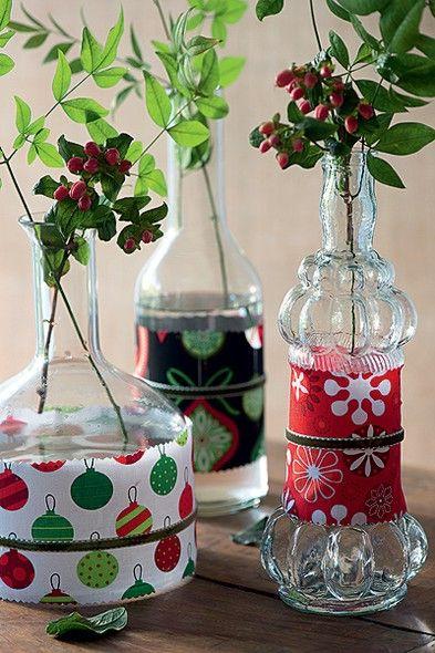 Revestidas com retalhos de tecido (grudados com fita dupla face), as garrafas ficam prontas para o Natal. Para o acabamento, corte o tecido com uma tesoura zigue-zague e passe uma fita em volta do pano
