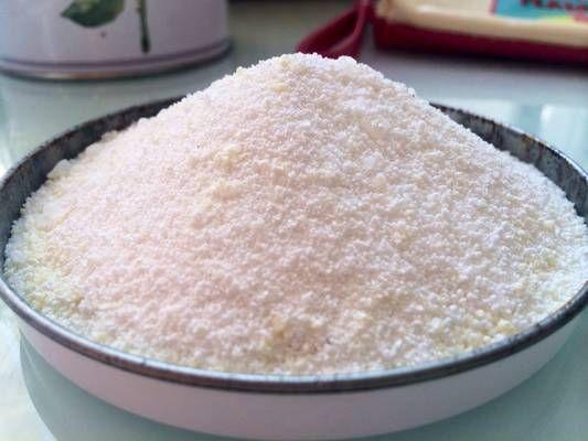domácí prací prášek Ingredience Budete potřebovat (na 1kg): 30 g pracího mýdla  150 g perkarbonátu sodného  50 g kuchyňské soli  800g práškové sody na praní   Chcete-li, aby byl prášek voňavý, můžete přidat éterický olej.  Všechny ingredience jsou k dostání na stránkách http://www.essential.cz/
