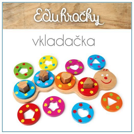 Doska v tvare húsenice obsahuje sebe 4 geometrické tvary. Dieťa musí vkladať pestrofarebné drevené kúsky do príslušných otvorov.
