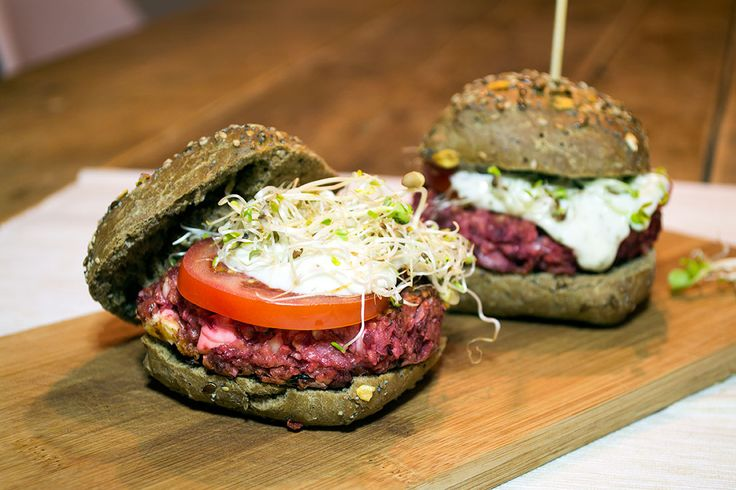 Vegetarische hamburger van bietjes met citroen-knoflookdressing