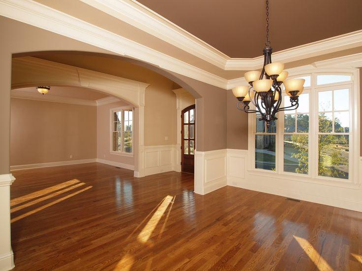 Si quieres un estilo americano, la clave está en los pisos laminados y las molduras en cada habitación.